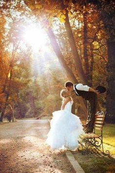 Imagenes de parejas vestidos de novios en un jardin