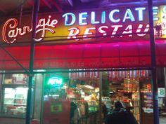Zamanının New York Times yazarı Mimi Sheraton bu restoranı New York'un en iyi pastrami sandwich yapan yeri olarak yazınca, 1979 yılından sonra burasının ünü sürekli artmış... Daha fazla bilgi ve fotoğraf için; http://www.geziyorum.net/carnegie-deli/