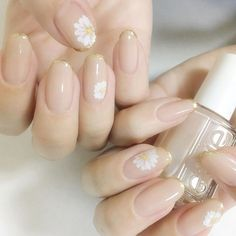White flowers on nude, also golden french tips nail art ногт Natural Nail Designs, Diy Nail Designs, Nail Polish Designs, Diy Nails, Cute Nails, Pretty Nails, French Tip Nail Art, French Tips, Sunflower Nail Art