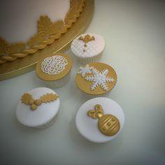 Cupcakes bianchi e oro per un matrimonio invernale  #instafood #ilas #ilasSweetness #cupcakes #wedding  http://ilas.webnode.it/ https://www.facebook.com/ilascake