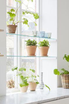 Ljus minimalism hemma hos Marie i Lund – titta in i vackra våningen! Country House Interior, Kitchen Interior, Eclectic Furniture, Home Furniture, Compact Living, Kitchen Accessories, Houseplants, Indoor Plants, Upstairs Bathrooms