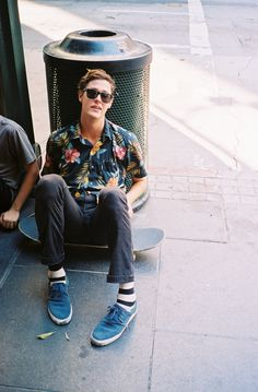 This outfit with a navy floral short sleeve shirt and charcoal jeans isn't hard to assemble and is open to more creative experimentation. Our favorite of a ton of ways to finish this ensemble is with blue canvas desert boots. Skate Style, Looks Style, Looks Cool, My Style, Skater Guys, Skater Guy Style, Hawaii Style, Le Male, Cool Socks