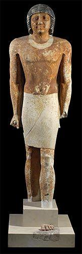 Estatua de pie tallada en caliza pintada de NENKHEFTKA cortesano de la Dinastía V del Imperio Antiguo. Hacia el año 2400 a.C. La espléndida representación de los rasgos faciales y de los detalles de la peluca la convierten en una obra maestra de la escultura egipcia. Museo Británico en Londres.