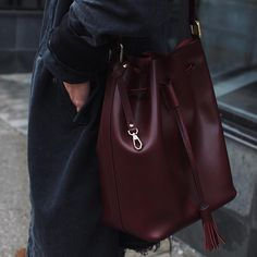 ✚ I can't get over the colour of this bag! You guys know I usually go for black but this is the perfect winter colour ✚ c/o @hielevencom