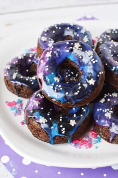 Cake donuts are easy to bake and fun to decorate. With a box of cake mix and some simple ingredients, you can whip up a batch of galaxy cake donuts in no time! Baked Donut Recipes, Baked Donuts, Donuts Donuts, Galaxie Cupcakes, Candy Recipes, Dessert Recipes, Galaxy Desserts, Donut Calories, Galaxy Cake