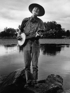 Pete Seeger, Folk Legend, Dead at 94 Seminal figure in American music influenced generations of musicians from Bob Dylan to Bruce Springsteen Steel Guitar, Rock Roll, Bob Dylan, Mumford And Sons, Musica Folk, Folk Musik, Musica Country, Pete Seeger, Mountain Music