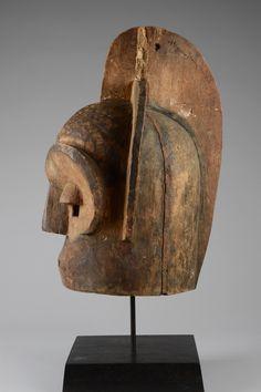 "Helmet mask ""emboli"" or ""mbuto"" - Auctionhouse Zemanek-Münster Tribal Art, Helmet, Chicago Usa, Objects, Table Lamp, Circumcision, Gallery, Wood, Life"