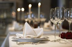 Don't even think about clinking your Champagne.While restaurant etiquette standards have loosened in recent decades, formal dining conduct is still taught at finishing schools and etiquette classes, … Dinner Table, A Table, Cena Formal, Etiquette Classes, Dinner Show, Nice Dinner, Champagne, Dining Etiquette, Etiquette And Manners