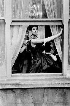 Simone D'Aillencourt, photo by Frank Horvat, London, Vogue UK, 1961 Frank Horvat, Black White Photos, Black And White, Fashion Cover, Vogue Uk, Famous Photographers, Viera, Photojournalism, High Fashion