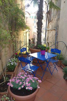 Sitzecke auf der großen Terrasse mit Blick auf den Kirchplatz und die Via del Popolo