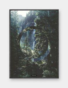 Serenity: Flot grønt natur billede med skovens træer og klippe miljø som baggrund. Trykt på 200 gram papir. Dansk design.