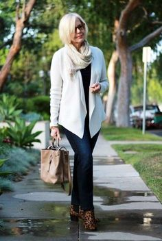 casual-outfits-for-women-over-40-11 More