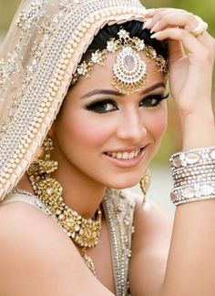 20 chic Indian bridal hair accessories to die for! 20 chic Indian bridal hair accessories to die for! Asian Bridal Makeup, Pakistani Bridal Makeup, Indian Wedding Makeup, Bridal Makeup Looks, Bride Makeup, Anarkali Bridal, Bridal Beauty, Bridal Hair Accessories, Bridal Jewelry