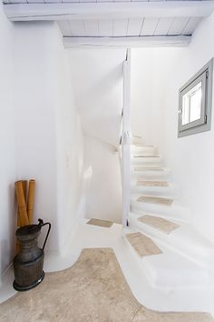 Beautiful staircase of the luxury Villa Lily in Mykonos Greece Mykonos Villas, Mykonos Greece, Crete Greece, Athens Greece, Santorini, Greek House, Adobe House, Earth Homes, Interior Decorating