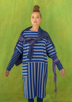 Randig klänning i ekobomull Generös och lättburen trikåklänning i ekologisk bomull, med breda blockränder både på längden och tvären! Trekvartslång ärm, mjuk båtringning och ficka på sidan. Bara att dra på! Rymlig passform. Längd/M: 100 cm
