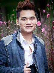 Hình ảnh Khắc Việt lịch lãm với nụ cười tươi bên hoa xuân, một hình ảnh đẹp mắt của chàng trai tài năng