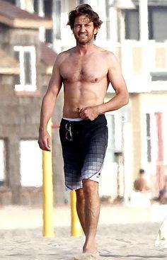 Gerard Butler(Erik),I'm liking those swimming trunks! :oo - The wolf that kills Gerard Butler Young, Actor Gerard Butler, Gerard Butler Body, Celebrity Bodies, Celebrity Photos, Scottish Actors, Scottish Man, Hot Hunks, Male Hunks