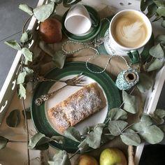 Nichts geht über einen leckeren, selbstgemachten Apfelstrudel - das Rezept dazu findet ihr hier > Teller, V60 Coffee, Coffee Maker, Kitchen Appliances, Desserts, Apple Strudel, Tablewares, Homemade, Deco