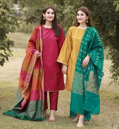 Would you guys ever want to try fashion trends from ? Simple plain shirts , bright colour dupattas , khussas and jhumkas ? Pakistani Formal Dresses, Pakistani Fashion Casual, Indian Fashion Trends, Pakistani Wedding Outfits, Pakistani Dress Design, Indian Designer Outfits, Indian Outfits, Designer Dresses, Pakistani Couture