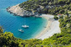 A praia de Sveti Ivan fica aos pés de Lubenice, uma cidade fortaleza construída quase que inteiramente de pedra