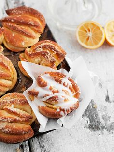 Muffins 377950593700388387 - Individual Lemon Pull-apart Sweet Rolls – all the fun and flavor of the popular pull-apart bread, in portable form Lemon Desserts, Lemon Recipes, Köstliche Desserts, Baking Recipes, Sweet Recipes, Delicious Desserts, Dessert Recipes, Yummy Food, Plated Desserts