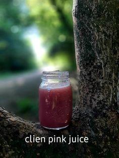 De bijzondere chioggia biet maakt mn juice roze. Prachtige verrassing en wat fijn om weer te creëren en mezelf te voeden vanuit mn ware natuur 💚 Venkel•komkommer•citroen•chioggia biet Juice, Juices, Juicing