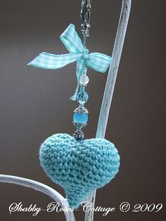 Crocheted Heart (just for an idea) Crochet Diy, Love Crochet, Crochet Gifts, Crochet Flowers, Crochet Hearts, Crochet Keychain, Crochet Necklace, Hand Kunst, Crochet Accessories