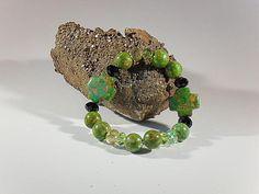 Steinperlen-Armband, handgefertigtes Einzelstück, Länge ca. 19 mm, grüngesprenkelte Stein-Perlen rund 12 mm und weitere Formen, facettierte Glasperlen mit Glanz, Elastikband