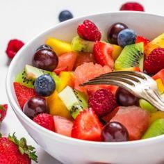 Salata de fructe este unul dintre cele mai simple si savuroase deserturi pe care le poti prepara, fiind ideale pentru o gustare usoara si sanatoasa pe timpul verii. Poti alege orice fructe doresti si poti face nenumarate combinatii. Mai jos gasesti cateva retete de salate de fructe pentru inspiratie, dar si sfaturi ca sa obtii de fiecare data un desert delicios.
