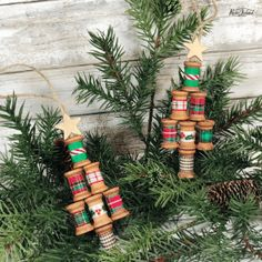 Easy wooden spool Christmas tree ornament craft that makes a great handmade gift or farmhouse decor idea. Cabin Christmas Decor, Christmas Crafts To Sell, Handmade Christmas Decorations, Crafts To Do, Christmas Tree Ornaments, Christmas Diy, Diy Projects To Sell, Diy Home Decor Easy, Wooden Spools