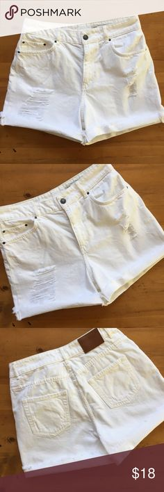 Zara High Rise Relaxed Fit Shorts Like new condition high rise relaxed fit zip up short pockets in front and back size 8 feel like 100% cotton no fabric content tag 14 1/2 in waist 14 in long 3 in inseam very cute💕💕 Zara Shorts Jean Shorts