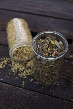 Kräutertee selber machen. Sammle Zutaten für deinen eigenen Tee.