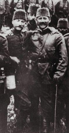 Hatırası daima gönlümüzde yaşayacak; Büyük Önder Gazi Mustafa Kemal Atatürk. Kolordu Erkan-ı Harbiye Şube-1 memuru, Erkan-ı Harp Kolağası, Mustafa Kemal Bey. Yakın arkadaşı; 14. Fırka Erkan-ı Harbiye Reisi Binbaşı Şükrü Bey (Şükrü Naili Gökberk) ile. 1911.