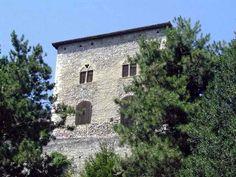 La petite histoire locale prétend que cette jolie tour aurait été construite par les Templiers !.... Hélas, ceci n'est point vérité... Qu'importe, la maison forte de Veurey-Voroize est une douceur qui se déguste avec lenteur.