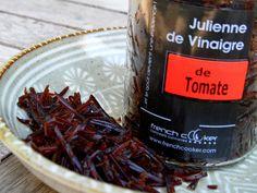 Julienne de Vinaigre de Tomate -100% tomate. Parsemée sur une salade de tomate, mozzarella Burrata, filet d'huile 'olive.Parsemée sur une salade de tomate, mozzarella Burrata, filet d'huile d'olive..
