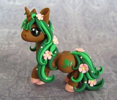 Flower Unicorn by DragonsAndBeasties on deviantART Polymer Clay Dragon, Polymer Clay Figures, Cute Polymer Clay, Polymer Clay Animals, Cute Clay, Polymer Clay Miniatures, Polymer Clay Projects, Polymer Clay Charms, Polymer Clay Creations