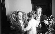 João Gilberto e Miúcha com a filha, Bebel Gilberto, na casa do casal em Nova Jersey em 1967