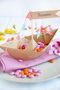 Hochzeitsdeko basteln mit Schokolinsen Wedding decoration tinker with chocolate beans Party Fiesta, Festa Party, Diy Party, Origami Boot, Chocolate Diy, Diy Wedding Gifts, Nautical Party, Baby Birthday, Kids And Parenting