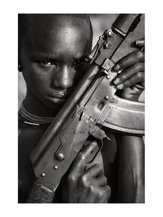 Laurent AUXIETRE est un jeune photographe né en 1980, résidant à Paris. Son travail est surtout axé autour de portraits en studio mais il part régulièrement travailler en extérieur : Syrie, Liban, Inde, Afrique.  Pour la galerie, Laurent AUXIETRE nous propose une série de 20 photos réalisées en numérique, fin 2008, dans la vallée de l'Omo, en Ethiopie.