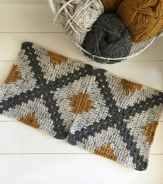Best 12 Remember when I shared with you how to make a Geometric Crochet Pillow? A new crochet tutorial is so – SkillOfKing. Crochet Squares, Crochet Blanket Patterns, Crochet Motif, Crochet Designs, Crochet Stitches, Knitting Patterns, Granny Squares, Crochet Pillow, Knitting Ideas