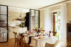 arquiteturadoimóvel: Cozinha e sala de jantar interligadas por porta envidraçada: praticidade e beleza na rotina diária