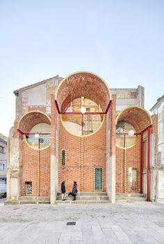 Unparelld'arquitectes creates Emergency Scenery public performance backdrop in Olot - Unparelld'arquitectes creates Emergency Scenery public shelter in Olot Brick Arch, Brick Facade, Brick Wall, Architecture Renovation, Metal Cladding, Mug Design, Church Of Our Lady, Scenery Pictures, Inspiration Design
