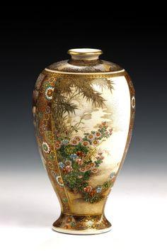 SATSUMA Vase by Royzan MEJI-ZEIT: 1862 -1912 Stilmerkmale: Farbpalette, an den Flächen, die gebrochen gegeneinandergesetzt werden, an den verschiedenen Techniken, dem Lüster, erhabene Emaille- und Goldmalerei. Rückseite - Blüten