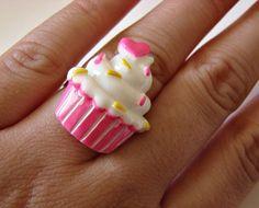 Anel de cupcake em resina. Fofo demais!  Base ajustável. R$16,00
