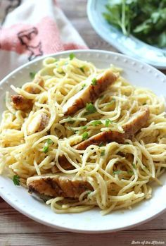 This Cheesy Garlic Chicken Spaghetti is a quick and yummy one-pot meal! Made with juicy chicken and no-boil pasta, this easy dinner is ready in 10 minutes! pasta One-Pot Cheesy Garlic Chicken Spaghetti Grilled Chicken Strips, Chicken Strip Recipes, Chicken Spaghetti Recipes, Shawarma, Garlic Chicken Pasta, Cheesy Chicken, Pasta With Chicken, Garlic Butter Pasta, Italian Chicken Pasta