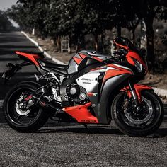 Clean CBR 1000RR Go visit and shop on the new site! Mobile Web Page Live www.bikekings.net New Shirts and Hoodies Available Click the Link in my Bio www.bikekings.net #honda #cbr #1000rr #bikekings...