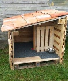 dog house diy Dog Houses Made With Upcycled Wood Pallets Pallet Dog House, Dog House Plans, House Dog, Dog House From Pallets, Dog House Blueprints, Small Dog House, Diy Pallet Projects, Wood Projects, Animal Projects