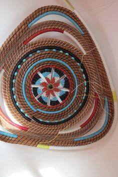 Twisted bottom. Weaving Art, Weaving Patterns, Hand Weaving, Rope Basket, Basket Weaving, Pine Needle Crafts, Teneriffe, Pine Needle Baskets, Fabric Boxes