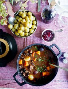 Langtidskokt oksegryte med gulrøtter, perleløk og sopp Recipe Boards, Tex Mex, Chana Masala, Stew, Nom Nom, Curry, Food And Drink, Bacon, Ethnic Recipes
