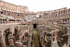 競技場表演區地底下隱藏著很多洞口和管道,這裡可以儲存道具和牲畜,以及角鬥士,表演開始時再將他們吊起到地面上。競技場甚至可以利用輸水道引水。248年就曾這樣將水引入表演區,形成一個湖,表演海戰的場面,來慶祝羅馬建城1000年。